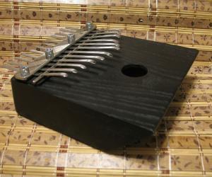 Калимба на 12 нот с встроенным звукоснимателем.